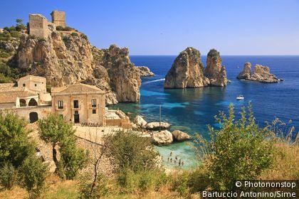 Italie, Sicile, Scopello, Zone Méditerranéenne, Province de Trapani - Tonnara and faraglioni (stack rocks)
