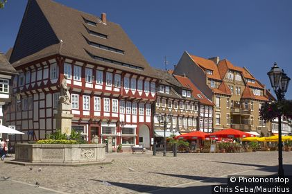 Germany, Lower Saxony, Einbeck, market place, column, monument, street-cafe, Northern Germany, Weser-highland, market-street, houses, timbering-houses, timbering, historically, architecture, statue, sight, symbol, destination, tourism,