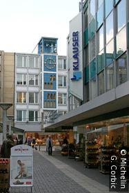 rue commerçante quartier du théatre horloge bleue
