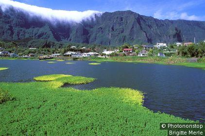 Ile de la Réunion, cirque de Cilaos, vue plongeante sur 'la Mare à Joncs', maisons au bord du lac, montagne, nuages