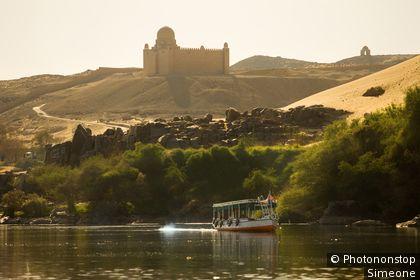 Egypte, Assouan, le Nil, mausolée de l'Aga Khan en arrière-plan