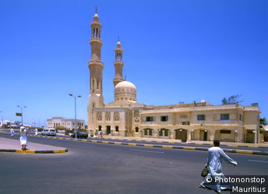 Egypt, Hurghada, Abd-el-Menaim-Rhiad Mosque, Straßenszene, Abd-el Moniem Reyad mosque, buildings, construction, towers, minarets, architecture, culture, architecture, sight, street, passer-bys, pedestrians, heaven, cloudless, symbol, destination