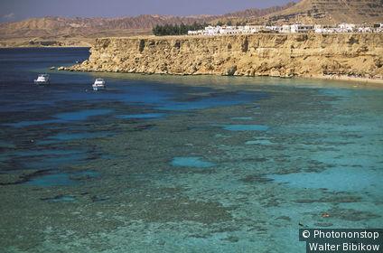 Egypte, 2 yachts sur la Mer Rouge, baie de Sharm El-Shreikh, ville au fond sur falaise, eau turquoise au 1er plan
