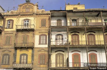 Egypte, Port-Saïd, quartier historique, façade d'immeubles anciens, balcons
