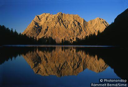 Autriche, Tyrol, Auserfern, Lermoos, Alpes - Zugspitze massif mirroring in Lake Seebensee