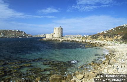 England;Cornwall/Scilly Islands;Cromwell's Castle, Tresco - A view of Cromwell's Castle, which guards the northern approaches to New Grimsby Harbour. Cromwell's Castle is a stone 17th century circular artillery tower, with a low 18th century gun  [...]