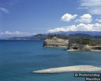 Griechenland, Korfu, Sidari, Küstenlandschaft Europa, Ionische Inseln, Insel, Nordküste, Küste, Felsküste, Steilküste, Sandsteinfelsen, Natur, Ruhe, Stille, Meer, blau