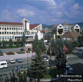 Rumänien, Siebenbürgen, Bistrita, Stadtansicht, Piazza Petru Rares Südost-Europa, Transsilvanien, Burzenland, Bistritz, Straßenszene, Verkehr, Gebäude, Architektur, modern außen