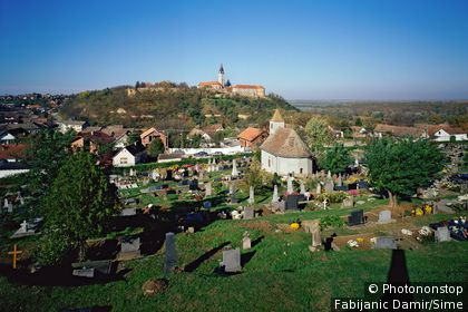 Croatie, Slavonie, Ilok, Zone Méditerranéenne - View over the town and the cementery