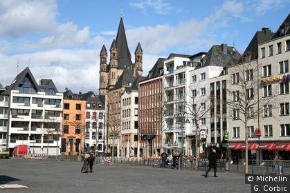 vue sur la place Heumarkt et le clocher de St martin