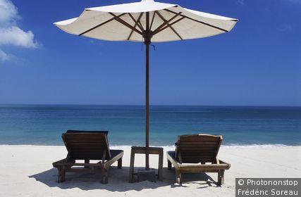 Indonésie, Bali, plage de Jimbaran, parasol et deux transats sur plage de sable blanc