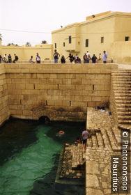 Tunesien, Gafsa, römisches Bad, Touristen, no model release! Nordafrika, Stadt, Architektur, Bauwerke, historisch, antik, erhalten, Sehenswürdigkeit, Badeanlage, römische Bäder, Wasser, Kinder, baden, Erfrischung, Besucher,
