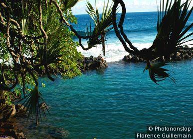 Ile de la Réunion, St Joseph, Manapany-les Bains, piscine d'eau de mer naturelle et baigneurs