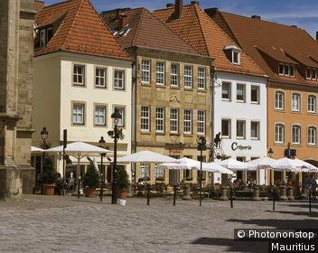 Deutschland, Niedersachsen, Osnabrück, Markt, Bürgerhäuser, Europa, Stadt, Innenstadt, Altstadt, Häuser, Häuserzeile, Architektur, Straßencafe, Cafe, Sonnenschirme,