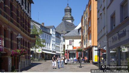 Deutschland, Rheinland-Pfalz, Hunsrück, Simmern, SchlossstraÃüe, FuÃügängerzone, Passanten, Sommer,