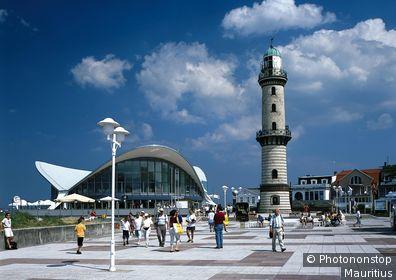 Deutschland, Mecklenburg-Vorpommern, Warnemünde, Strandpromenade, Leuchtturm, Restaurant,