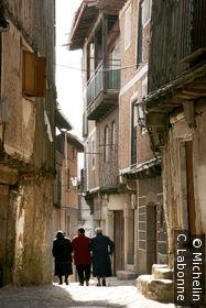Vieilles femmes marchant dans les ruelles