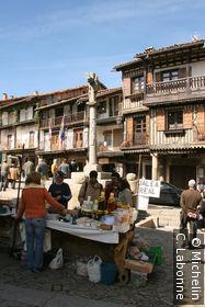 Le marché sur la place du village