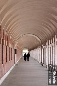 Sous les arcades bordant le Patio de Oficios y Caballeros