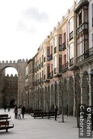 Les arcades bordant la plaza de Santa Teresa de Jesus
