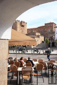 Terrasse de la Plaza Mayor, sous la voûte d'une arcade