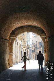 Entrée par l'une des portes de la vieille ville, deux silhouettes d'enfant