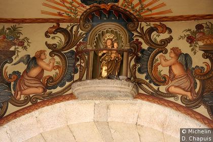 Peinture murale avec une statue de Vierge