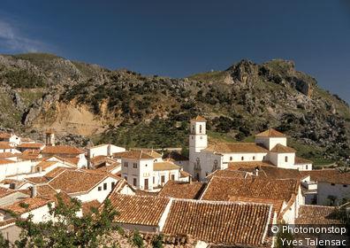 Espagne, Andalousie, Grazalema, vue plongeante sur le village, ciel bleu