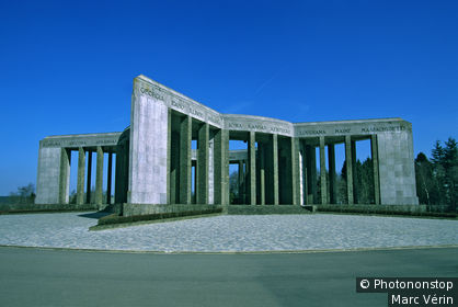 Belgique, Ardennes, Bastogne, mémorial américain du Mardasson (77000 morts en 1945), ciel bleu