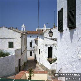 Spanien, Insel Menorca, Es Mercadal, Altstadt, Gasse, Wohnhäuser Europa, Balearen, Baleareninsel, Ortschaft, Häuser, Fassaden, weiß, Gebäude, Sehenswürdigkeit, Reiseziel, Urlaubsziel