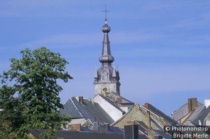 BELGIQUE, CHIMAY, CLOCHER DE L'EGLISE, TOITS DE MAISONS, CIEL BLEU