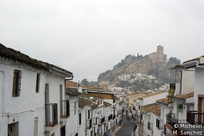 vue centre ville, avec l'église de la villa au sommet de la colline