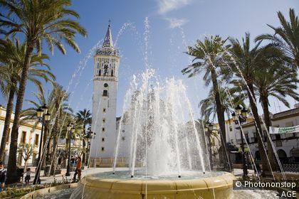 Espagne, Andalousie, Huelva, La Palma del Condado, église Saint jean Baptiste sur la place d'Espagne