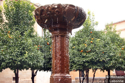Fontaine sur la place devant la Cathédrale