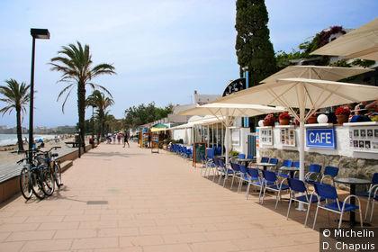 Terrasses des bars-restaurants en bord de plage