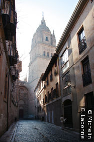 Le clocher de la Cathédrale Vieja au détour d'une ruelle, dans la brume matinale