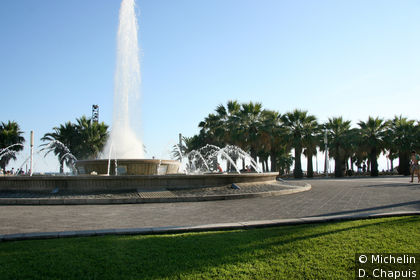 Fontaine sur la promenade en bord de plage