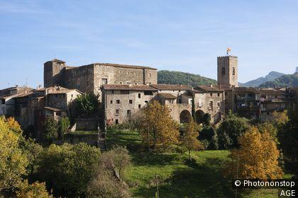 Villa medieval de Santa Pau Castillo de la Baronía Iglesia de Santa Maria España, Catalunya, provincia de Girona, la Garrotxa, Santa Pau