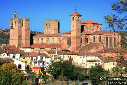 Espagne, province de Guadalajara (Communaute autonome de Castilla La Mancha) : la cathedrale de style roman (XII eme siecle) perchee au sommet du village de Siguenza