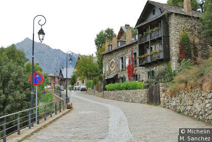 centre ville avec maisons en pierre typiques