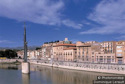 Espagne, Catalogne, Baix Ebre, Tortosa, habitations le long de l'Ebre, monument à bataille dans rivière