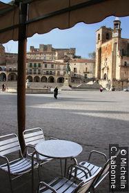 Une table en terrasse donnant sur la Plaza Mayor