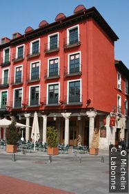 Façade rouge brique typique de la plaza Mayor