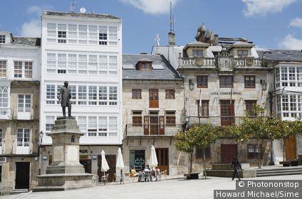 Espagne, Galice, Viveiro, place principale avec la statue de Nicomedes Pastor Díaz