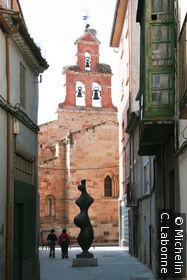 Clocher de l'une des nombreuses égises, statue contemporaine en premier plan