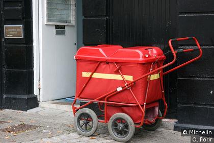 Chariot pour distribuer le courrier.