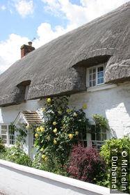 Maison avec un toit en chaume