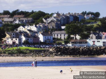 Royaume-Uni, Irlande du Nord, Antrim, Ballycastle, Grande-Bretagne - View of the beach with the village in the background