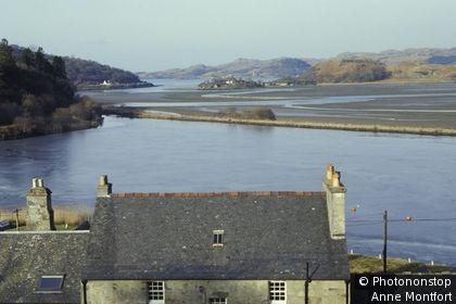 Ecosse, loch Crinan, vue plongeante sur toit d'une maison au bord de l'eau