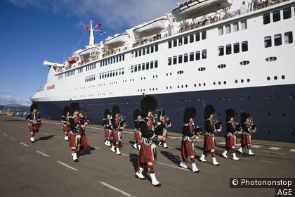 Pipe Band playing on the quay at Greenock, near Glasgow, on the Firth of Clyde, Scotland when the cruise liner Queen Elizabeth 2 berthed on 5th October 2008 while on it´s final voyage before being decommissioned in Dubai